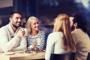 Freunde finden im Büro gelingt mit einem Kaffe am Feierabend. Netzwerken macht's möglich. Ansprechtipps Fremde Personen ansprechen